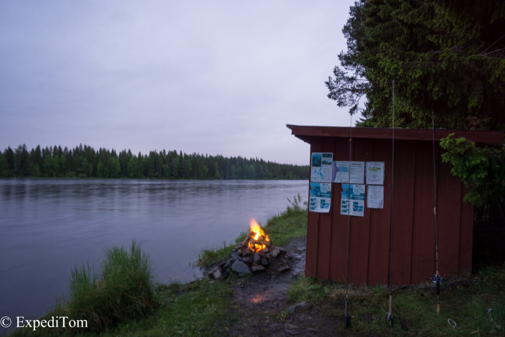 Lovely hut at the Hårkan river to get warm again
